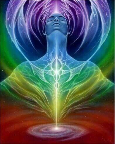 la sugerencia de trabajo interno para el miércoles 4 de diciembre, 2019. Utilizaremos la energía del día para atender el templo del alma (nuestro cuerpo físico) pasando tiempo a solas. A medida que uno se abre a sentir -preferentemente en un espacio personal de introspección- encuentra sus potencialidades ocultas, descubrimos nuestros dones, las capacidades, lo que nos gusta, lo que queremos... y también nos encontramos con los miedos, los traumas y los complejos. Todo lo que nos limita nos va quitando la energía para disfrutar lo que hacemos. El desafío está en superar nuestras dualidades… de cada temor sacar la fuerza para superarlo, de cada complejo sacar el aprendizaje que hemos obtenido mientras nos veíamos separados del otro por sentirnos inapropiados o diferentes, de cada trauma rescatar la experiencia y la visión que desarrollamos para poder seguir adelante. Si hemos estado observándonos y asimilando los aprendizajes, entonces a mayor cantidad de situaciones difíciles, dispondremos ahora de mejores herramientas espirituales y emocionales. Así es, nos habremos forrtalecido, habremos aprendido a adaptarnos, a ser flexible con distintos tratos y a ser experto en algo que es absolutamente único… el manejo propio del SER. Por el contrario, si hemos puesto nuestra energía y desatención en culpar a los otros o en victimizarnos; encontraremos un patrón de situaciones no resueltas que aparecen una y otra vez. Causando duda, dolor, tristeza, enojo, apegos, ego, orgullo, soberbia, vicios, frustración o depresión. EJERCICIO DE ATENCIÓN PLENA: Respiro siete veces profunda, suave y conscientemente; disfruto de mi silencio y coopero con mis sentidos para sincronizarme con mi sabiduría interna, dejar de compararme con el resto, y enfocarme en ver mis dualidades, reconocer todo lo que he transitado, valorar todos mis logros y todas las acciones para comprender situaciones complejas. Así como la serpiente muda su piel del pasado, hoy puedo juntar mis experiencias dolorosas de